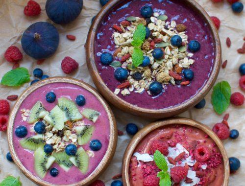 Acai smoothie bowl recept med banan, blåbär, jordgubbar, granola
