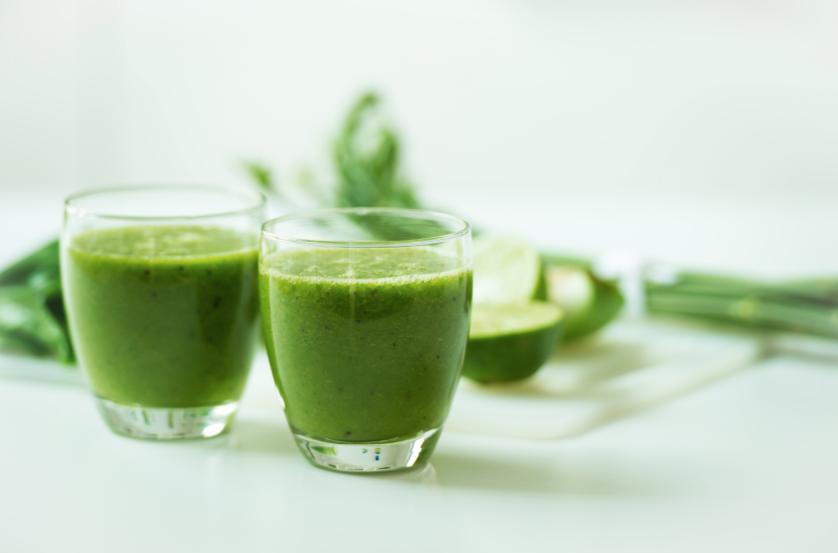 Green juiceshots med mynta gurka äpple mot förkylning