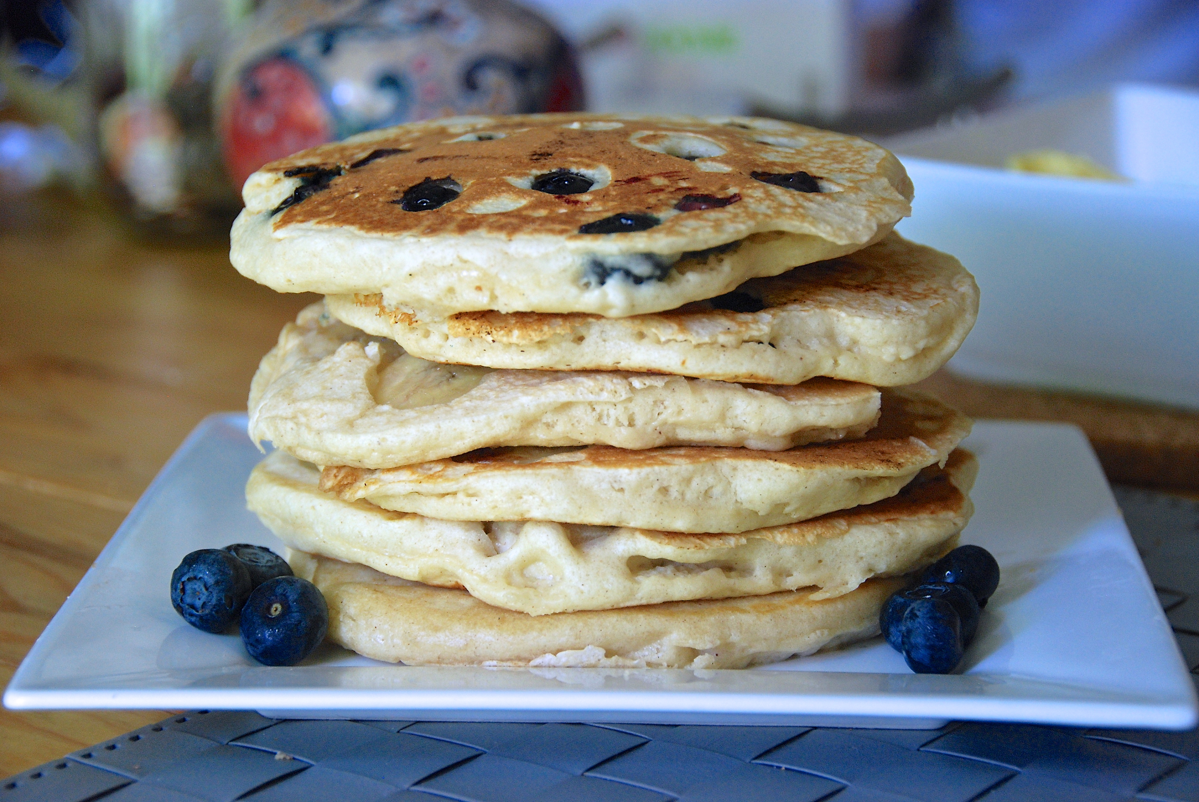 Amerikanska Paleo pannkakor recept med blåbär och banan