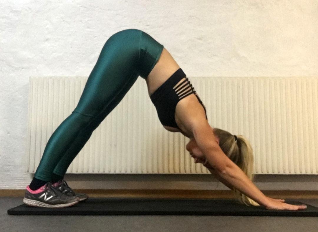 Yogaövningar stretch yoga övningar och yogapositioner