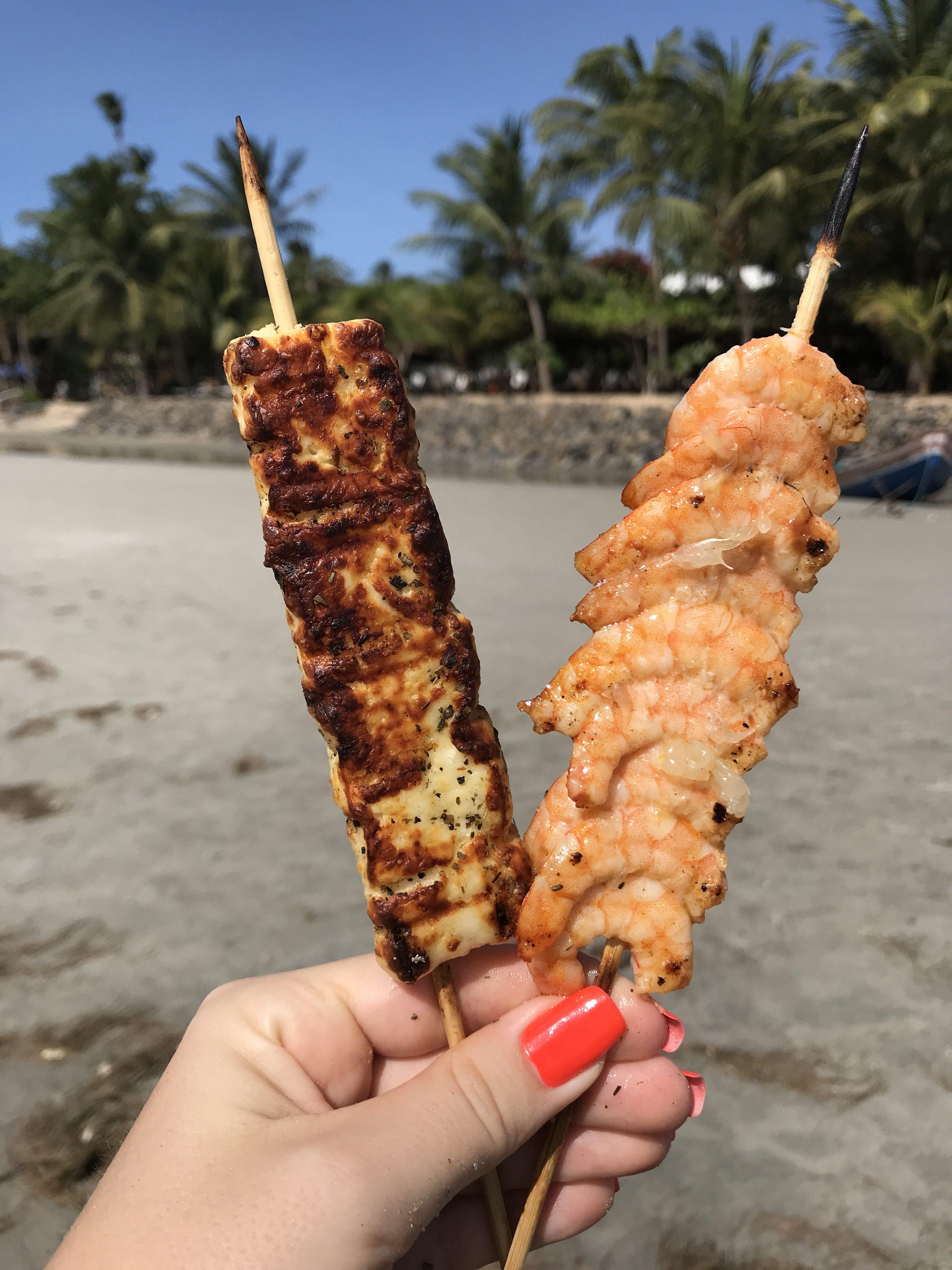 Brasiliansk mat på stranden grillad ost och räkor