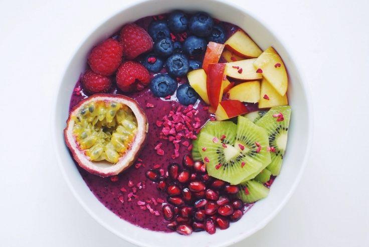 Recept på smoothie bowl med acai, jordgubb, nektarin, kiwi, blåbär, hallon, passionsfrukt