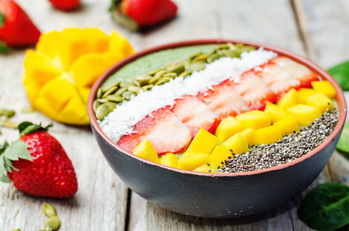 Protein acai smoothie bowl med chiafrön, pumpakärnor, mango, jordgubbar och cocosflakes