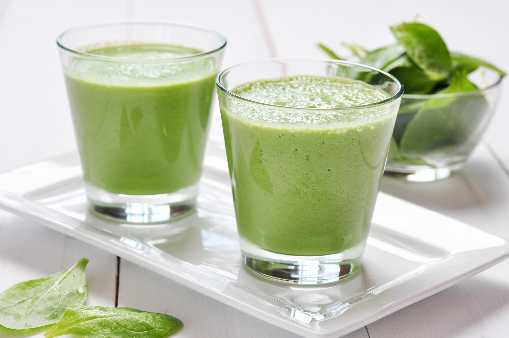 Green juice shots med vetegräs, spenat, persilja, kål