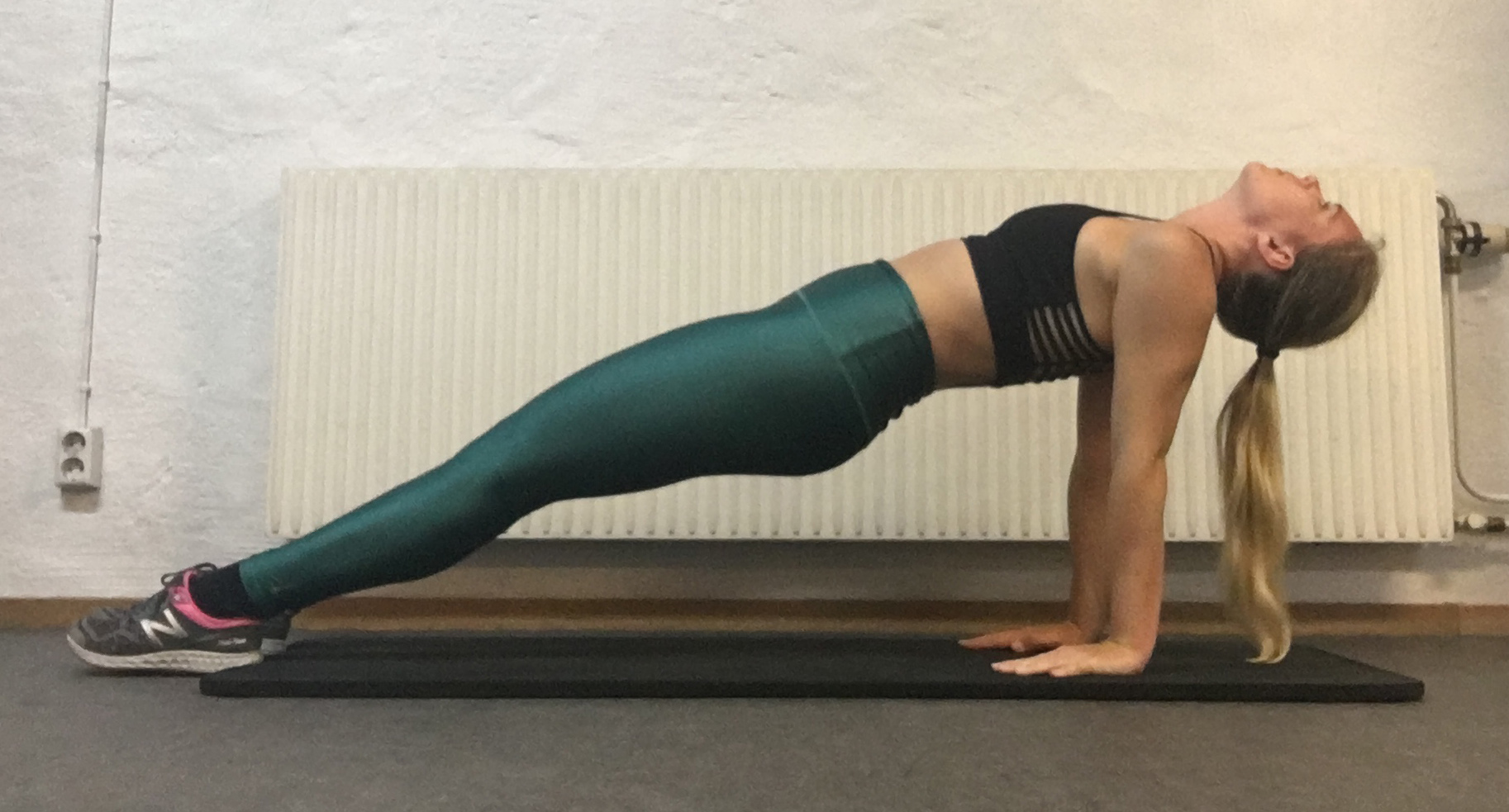 Omvänd planka yogaposition yogaövning bordet