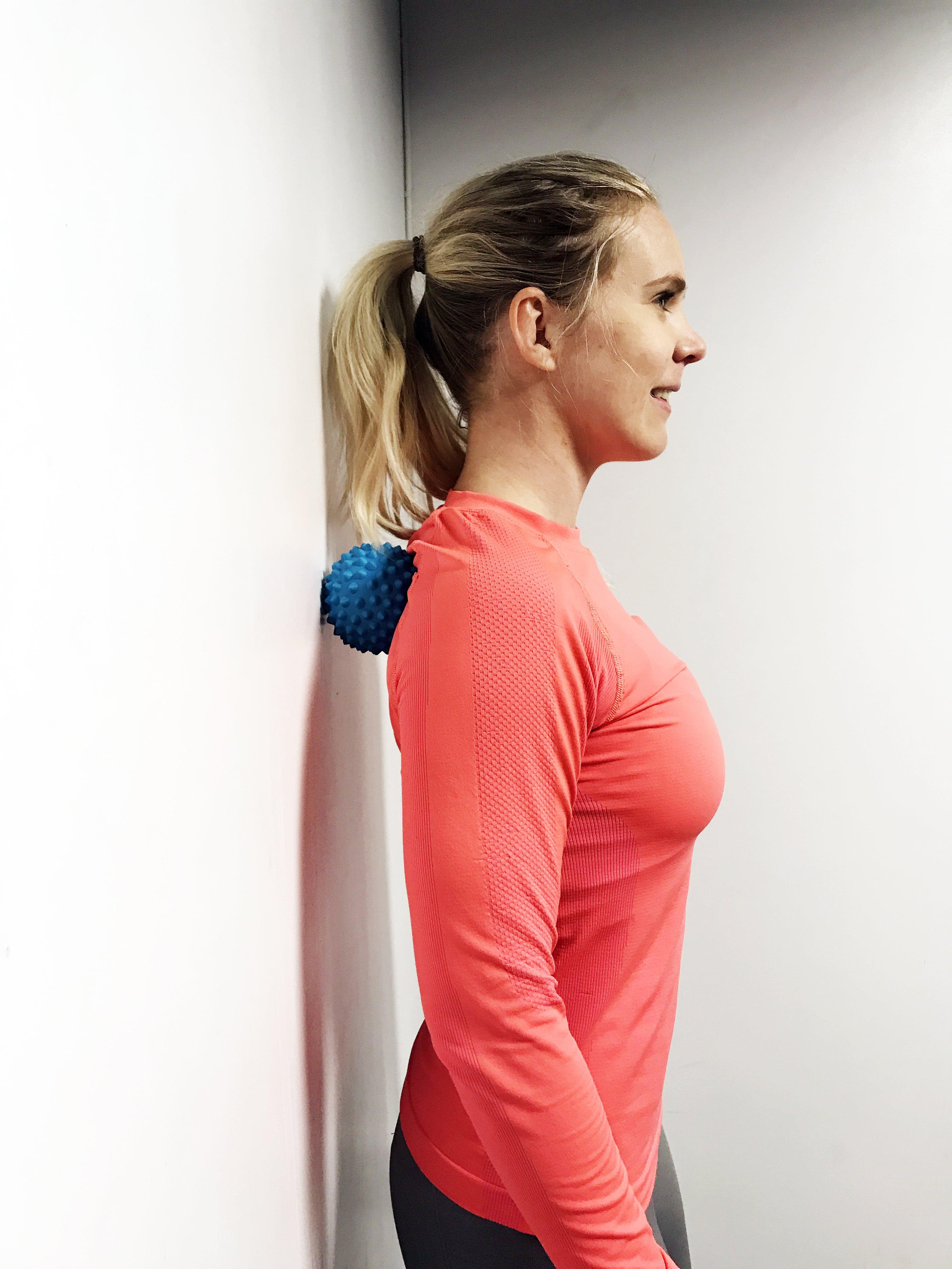 Massageboll spända axlar ont i nacken