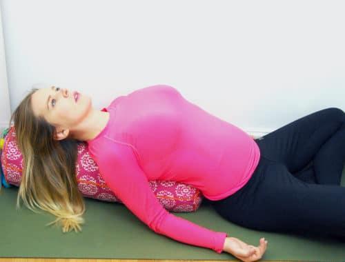 Olika typer av yogabolster och yogakuddar runt, avlångt, litet, stort
