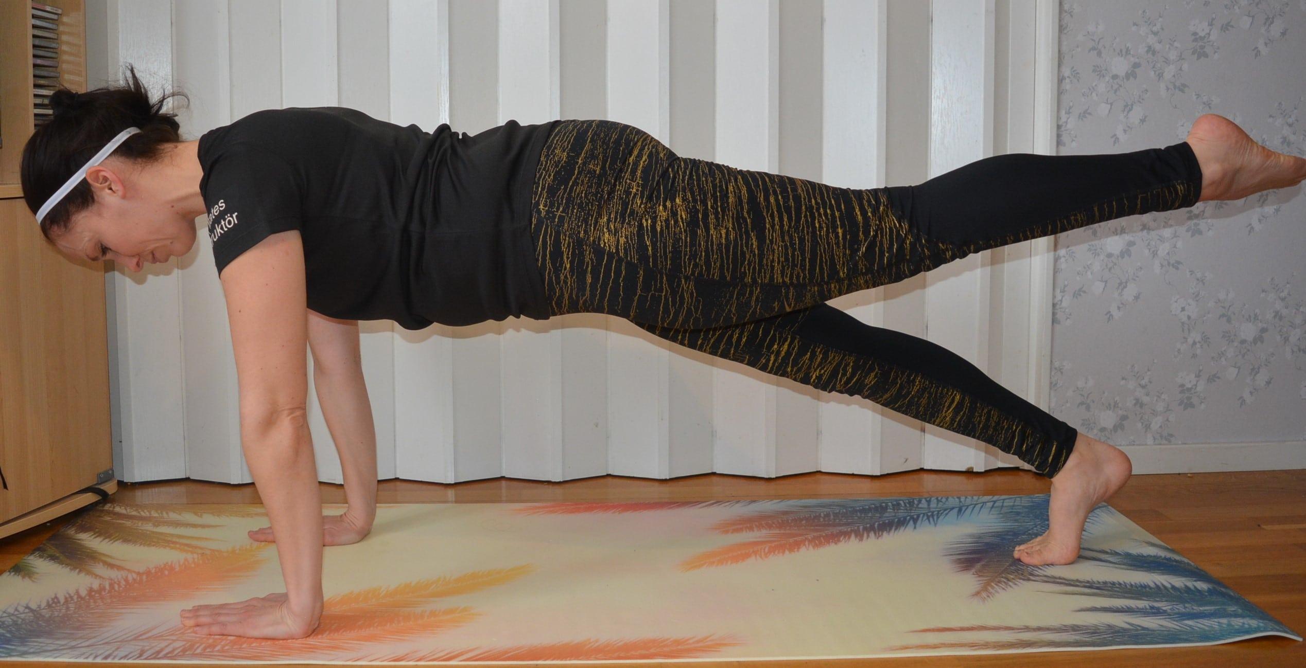 Pilatesövning planka bålträning mage