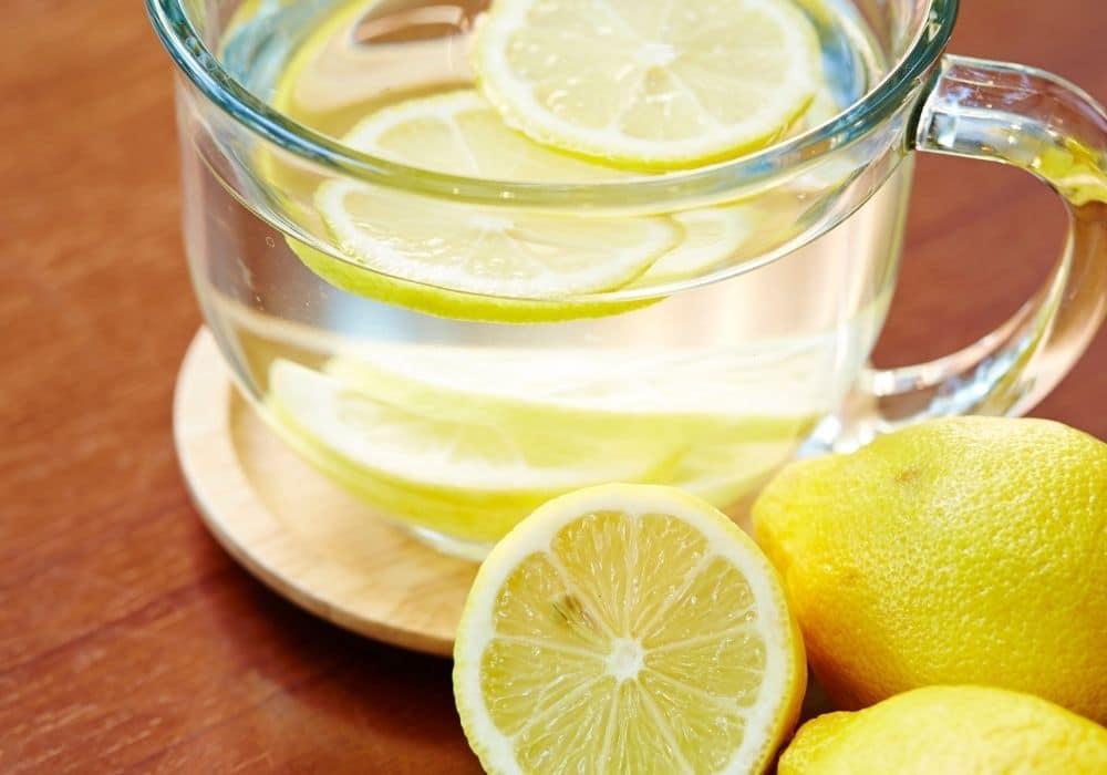 Dricka citronvatten på morgonen