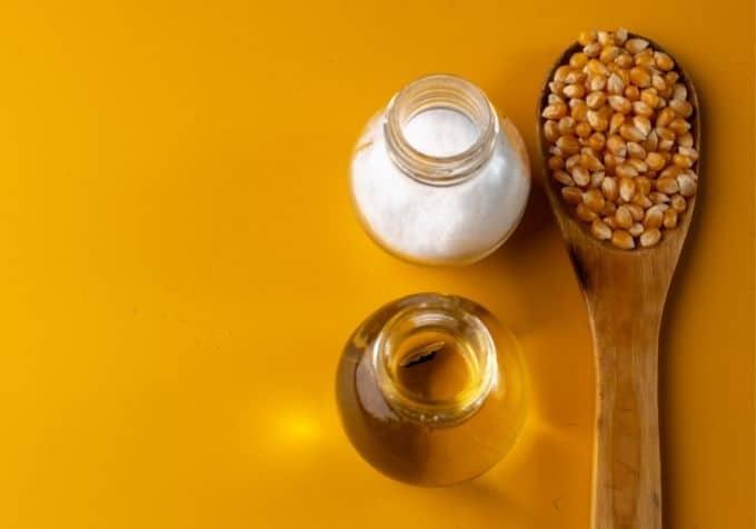 Hur mycket olja popcorn i kastrull