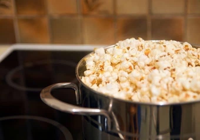 Poppa popcorn i kastrull recept hemmagjorda popcorn på plattan