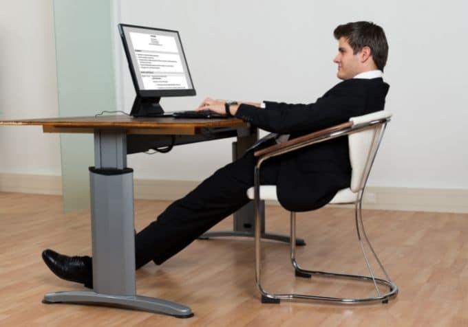 Sitta dåligt ergonomi framför datorn
