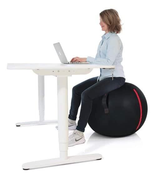 sitta på pilatesboll och jobba