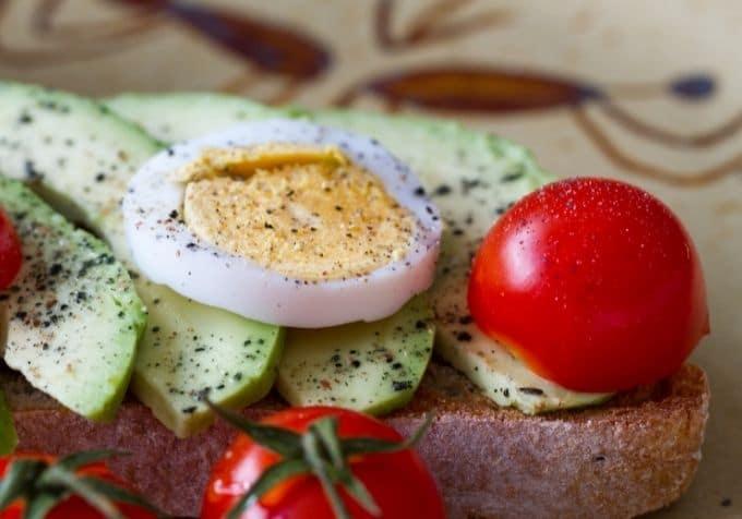 Macka med ägg och avokado