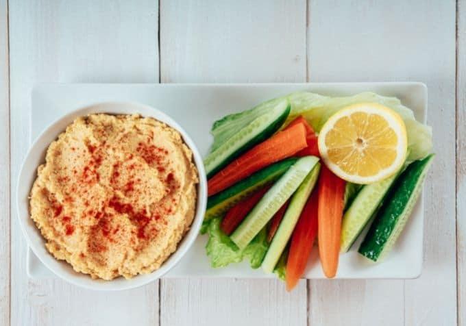 Morots och gurkstavar med hummus dipp